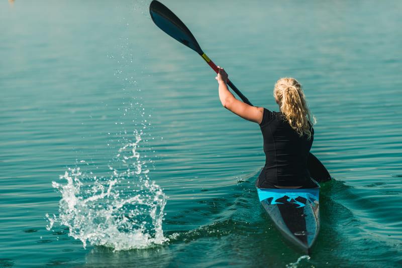 fille sur kayak